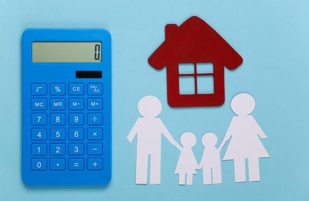 Família feliz de papel junto com a casa, calculadora em azul. cálculo de despesas familiares, orçamento