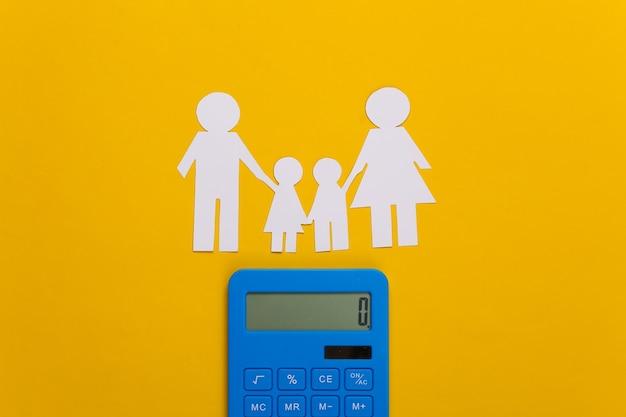 Família feliz de papel junto com calculadora em amarelo. cálculo de despesas familiares, orçamento