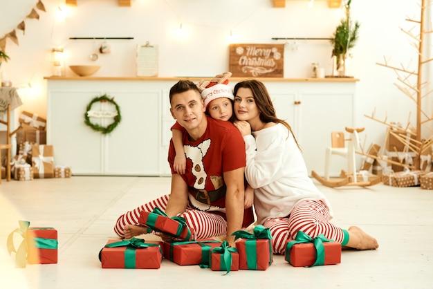 Família feliz de pijama em casa