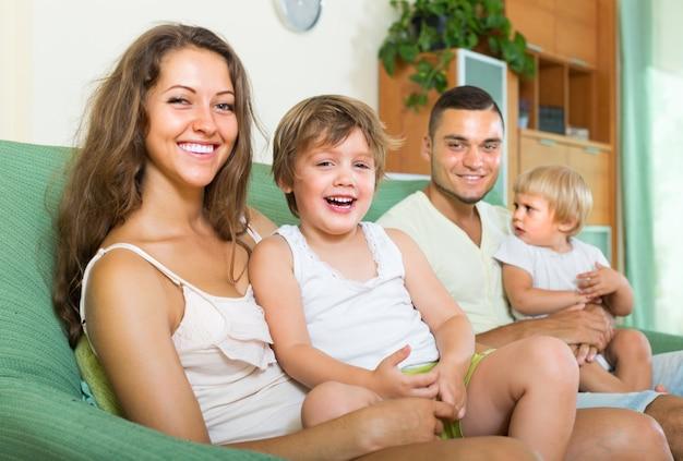 Família feliz de quatro pessoas em casa