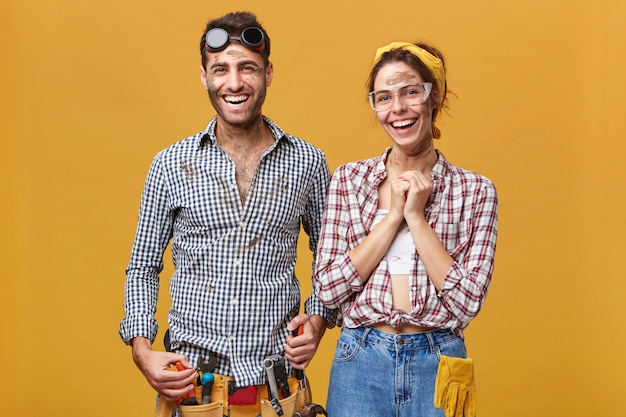Família feliz de técnicos, eletricistas, encanadores ou artesãos sentindo-se felizes