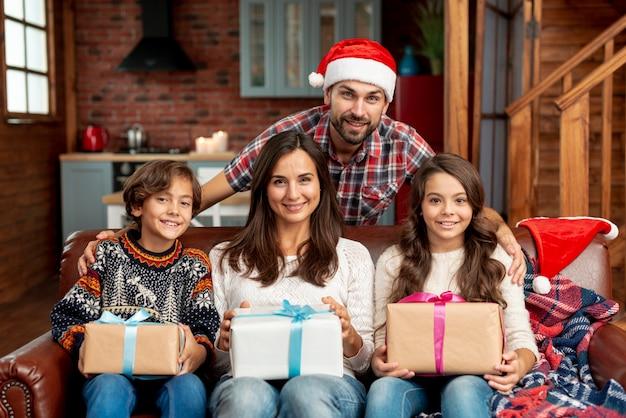 Família feliz de tiro médio com presentes