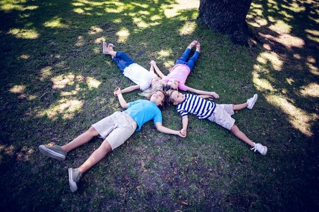 Família feliz deitada no parque
