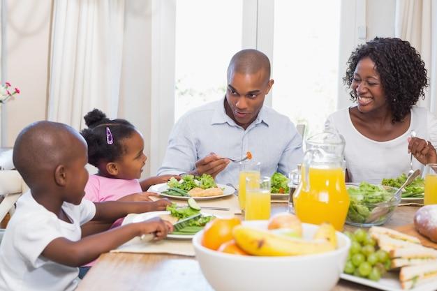 Família feliz desfrutando de uma refeição saudável juntos