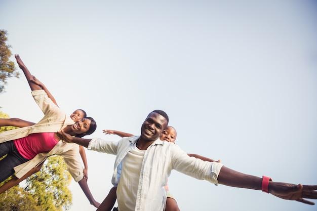 Família feliz desfrutando juntos