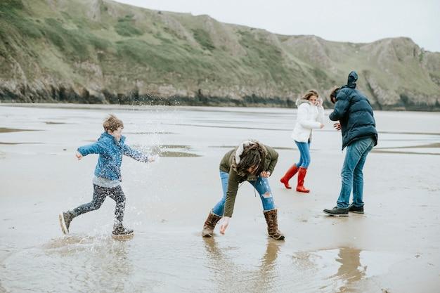 Família feliz desfrutando na praia