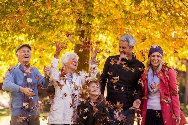 Família feliz desfrutando no parque durante o outono