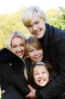 Família feliz divirta-se no parque