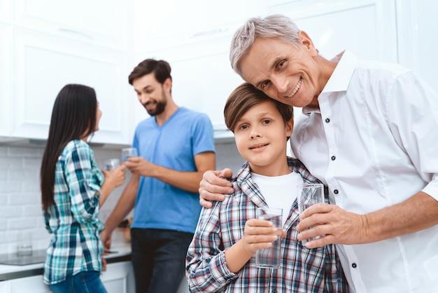 Família feliz dos diabéticos com vidros bebendo.