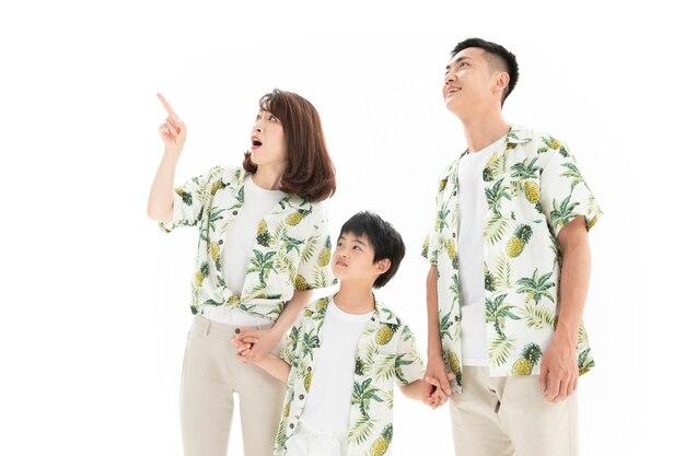 Família feliz e alegre de três explorações mão