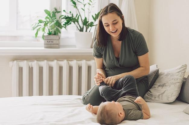 Família feliz e amorosa. a mãe e o filho estão brincando em casa.