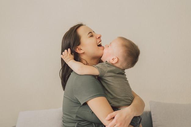 Família feliz e amorosa. mãe e filho se abraçam em casa.