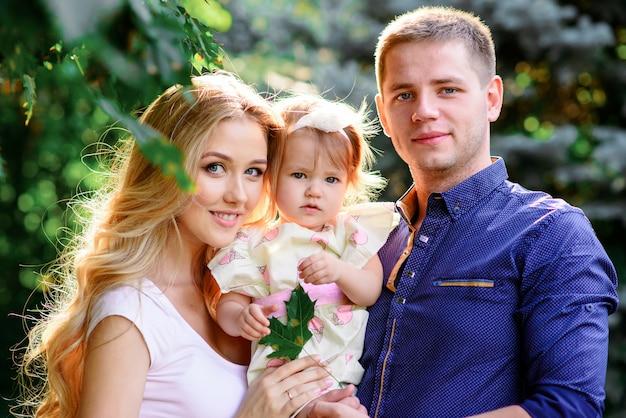 Família feliz e eles dauther andando no parque primavera e ter um bom tempo