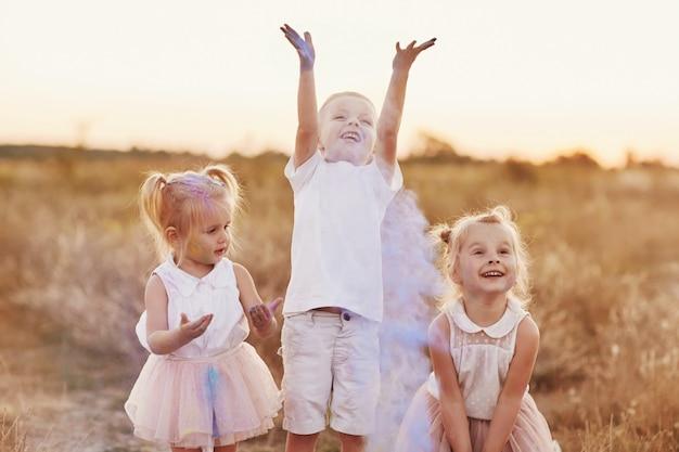 Família feliz é manchada com tinta. as crianças brincam com as cores do festival holi. conceito para o festival indiano holi. nacional, festa de família, foco seletivo