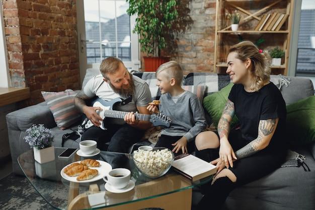 Família feliz em casa a passar tempo juntos.