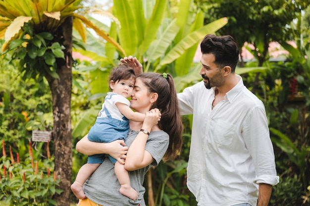 Família feliz em casa juntos conceito, crianças joying com pai e mãe no verão natureza jardim ao ar livre, pessoas se divertindo, menino ou menina e mulher jovem estão sorrindo estilo de vida fora do parque