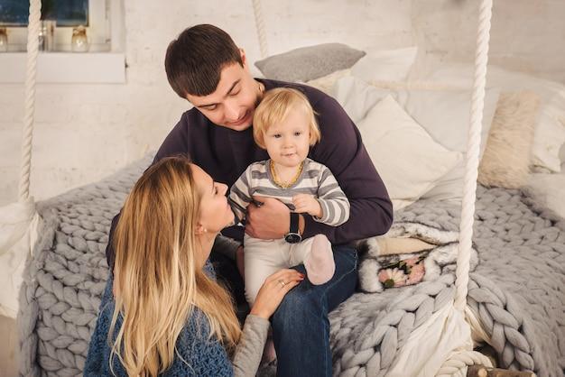 Família feliz em casa nova e aconchegante de estilo escandinavo