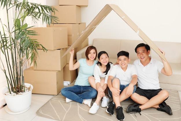 Família feliz em casa nova