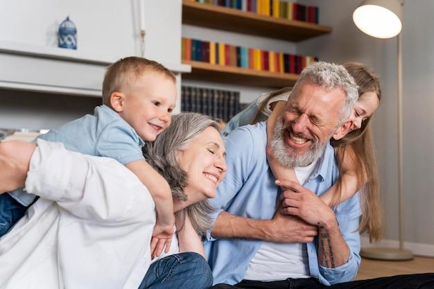 Família feliz em casa tiro médio
