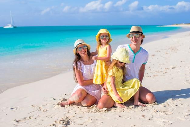 Família feliz em férias na praia