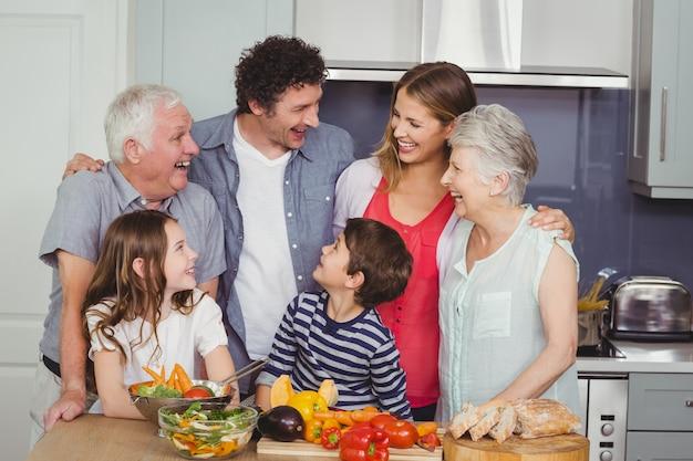 Família feliz, em pé na cozinha
