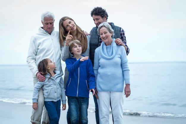 Família feliz em pé na praia