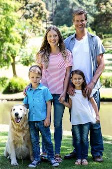 Família feliz em pé no parque