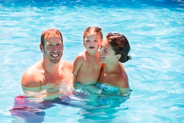 Família feliz, em, piscina, com, menina bebê