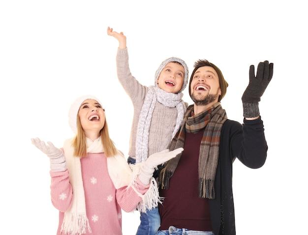 Família feliz em roupas quentes em fundo branco. pronto para as férias de inverno