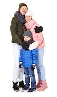 Família feliz em roupas quentes em fundo branco.