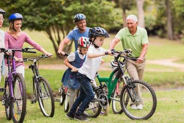 Família feliz em sua bicicleta no parque