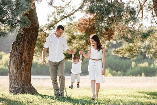 Família feliz em um dia ensolarado de verão