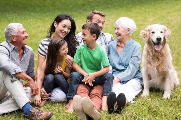 Família feliz em um parque