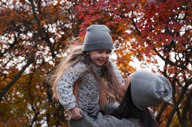 Família feliz em uma caminhada de outono