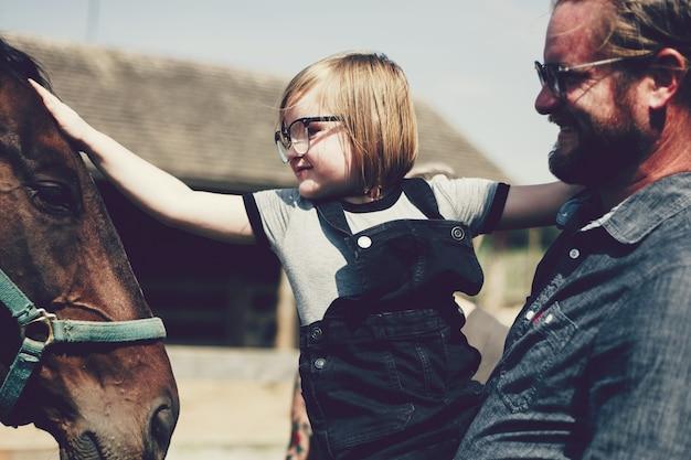 Família feliz em uma fazenda de cavalos