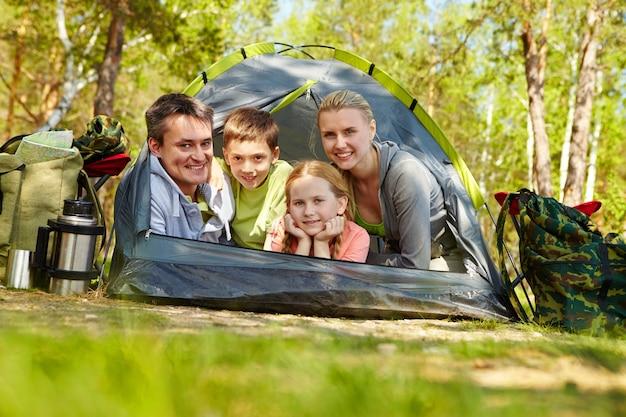 Família feliz em uma viagem de acampamento