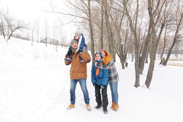 Família feliz em winter park