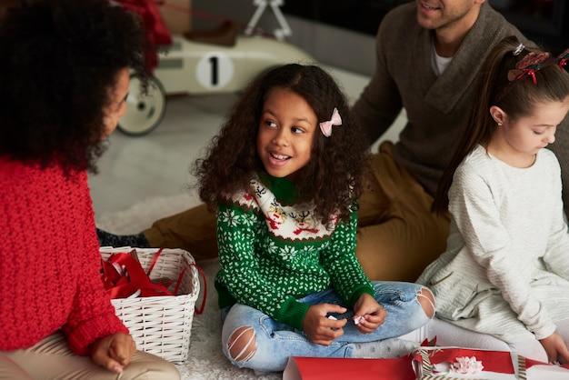Família feliz embalando presentes para o natal