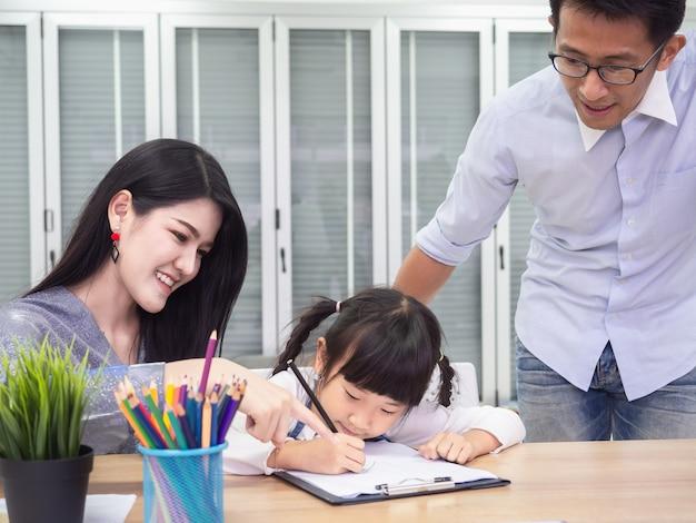 Família feliz está fazendo atividades juntos, as crianças estão desenhando, conceito de família