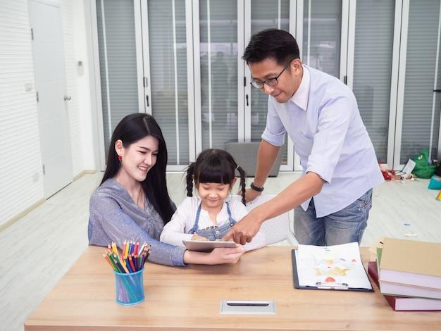 Família feliz está fazendo atividades juntos, as crianças são usam laptop, conceito de família