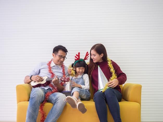 Família feliz está fazendo atividades juntos, conceito de família