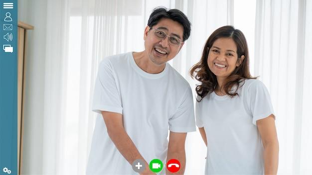 Família feliz falando em videochamada pela internet em casa