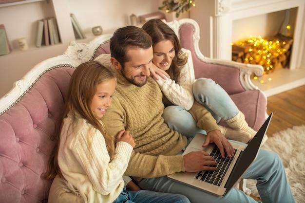 Família feliz. família jovem passando férias juntos e parecendo feliz