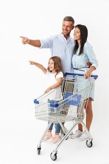 Família feliz fazendo compras juntas