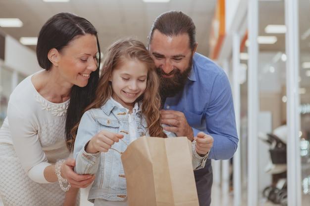 Família feliz, fazer compras no shopping juntos