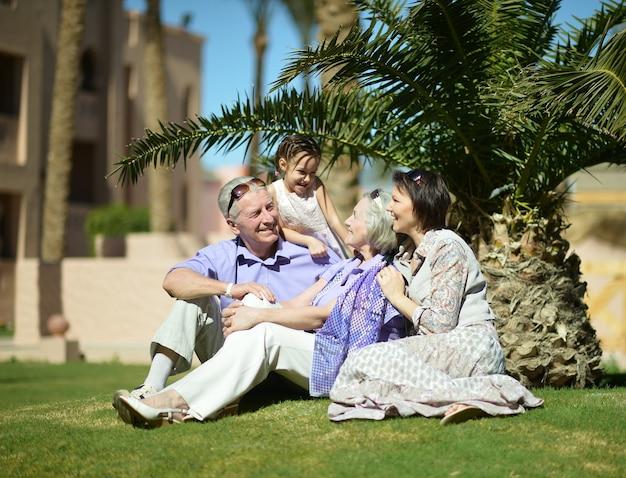 Família feliz foi dar um passeio na natureza