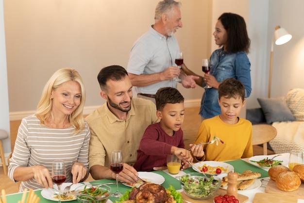 Família feliz jantando juntos
