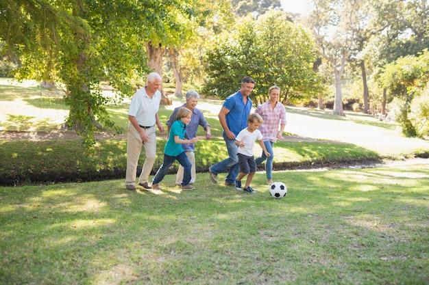 Família feliz jogando na bola
