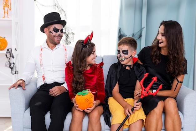 Família feliz junto em trajes de halloween