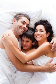 Família feliz juntos na cama